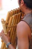 Tocar la flauta de bambú Imágenes de archivo libres de regalías