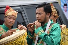 Tocar la flauta tradicional de Minangkabau Fotos de archivo libres de regalías