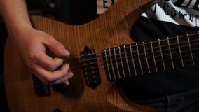 Tocar la guitarra almacen de metraje de vídeo