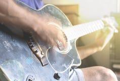Tocar la guitarra imágenes de archivo libres de regalías