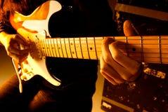 Tocar la guitarra Fotografía de archivo