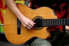 Tocar la guitarra foto de archivo libre de regalías