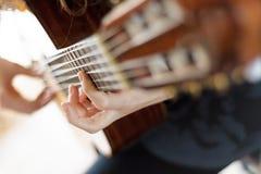 Tocar la guitarra Fotos de archivo
