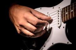 Tocar la guitarra Imagenes de archivo