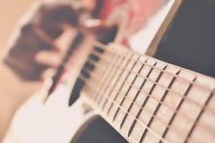 Tocar la guitarra acústica imagen de archivo libre de regalías