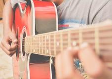 Tocar la guitarra acústica fotografía de archivo libre de regalías