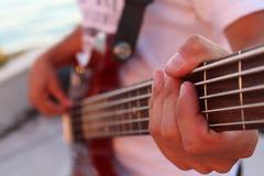 Tocar la guitarra baja Imagenes de archivo