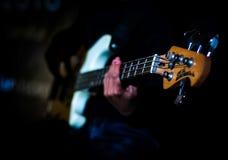 Tocar la guitarra baja Fotos de archivo libres de regalías