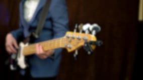 Tocar la guitarra eléctrica, una imagen totalmente blured almacen de video