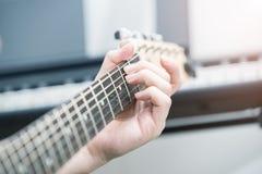 Tocar la guitarra el?ctrica imágenes de archivo libres de regalías