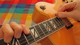 Tocar la guitarra es mi afición Imágenes de archivo libres de regalías