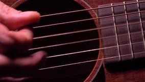Tocar la guitarra Funcionamiento de la música en directo vídeo de la macro 4K metrajes