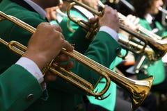 Tocar la trompeta Foto de archivo libre de regalías