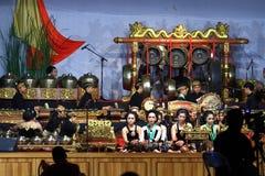 Tocar los instrumentos musicales gamelan del Javanese de las habilidades Fotografía de archivo
