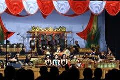 Tocar los instrumentos musicales gamelan del Javanese de las habilidades Fotos de archivo
