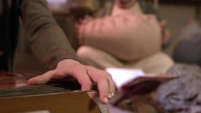 Tocar los instrumentos ?tnicos tradicionales en un conjunto clip Instrumento musical tradicional metrajes