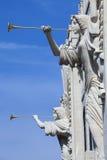 Tocar trombeta dobra (o detalhe da arquitetura) fotografia de stock royalty free