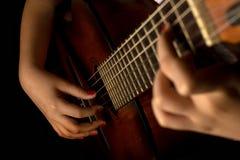Tocar una guitarra Fotografía de archivo libre de regalías