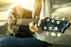 Tocar una guitarra acústica Fotografía de archivo