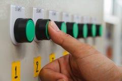 Tocco del pollice sul commutatore di inizio verde Fotografia Stock