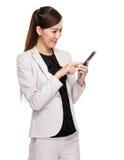 Tocco della donna di affari sul telefono cellulare Fotografie Stock