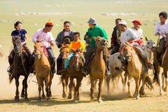 Tocco della folla del vincitore di corsa di cavalli di festival di Naadam Fotografia Stock Libera da Diritti