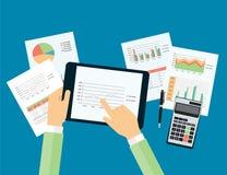 Tocco della mano di affari sul grafico analitico in dispositivo con la carta di rapporto illustrazione di stock
