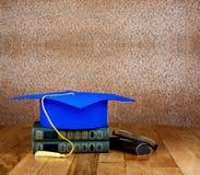 Tocco di graduazione sopra la pila di libri Fotografie Stock Libere da Diritti