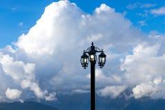 Tocha elétrica contra uma paisagem da montanha Imagem de Stock Royalty Free