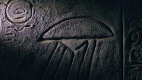 A tocha ilumina acima a cinzeladura antiga da parede do UFO vídeos de arquivo