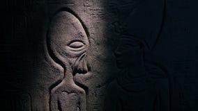 A tocha ilumina o estrangeiro na arte egípcia da parede video estoque