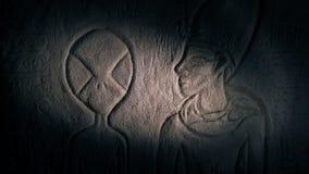 A tocha ilumina a parede estrangeira antiga que cinzela Egito filme