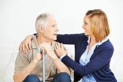 Tochter, die älteren Mann unterstützt lizenzfreie stockbilder