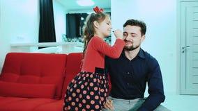 Tochter, die Make-up ihren Vati antut stock video