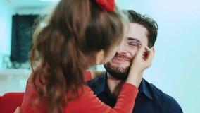 Tochter, die Make-up ihren Vati antut stock footage