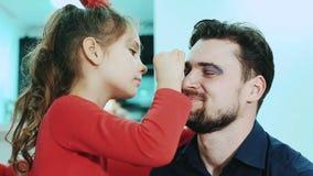 Tochter, die Make-up ihren Vati antut stock video footage