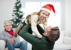 Tochter, die vom Vater During Christmas getragen wird Stockfoto