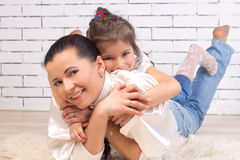 Tochter ist auf der Rückseite einer Mutter stockfoto