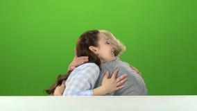 Tochter küsst ihre Mutter auf der Backe und umarmt ihn Grüner Bildschirm Weicher Fokus stock footage