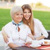 Tochter mit ihrer Mutter Stockfotos