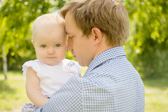 Tochter mit Vater Stockfotos