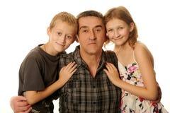 Tochter mit zwölf Jährigen und Sohn mit zehn Jährigen, der das Spaßumarmen hat Stockfoto