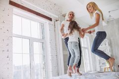 Tochter, Mutter und Großmutter zu Hause Lizenzfreie Stockfotografie