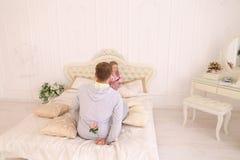 Tochter nimmt Vater übel und Mann möchte Kinderflorida geben Lizenzfreie Stockfotografie