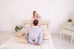 Tochter nimmt Vater übel und Mann möchte Kinderflorida geben Lizenzfreie Stockbilder