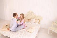 Tochter nimmt Vater übel und Mann möchte Kinderflorida geben Stockbild