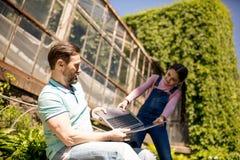 Tochter nimmt von den Händen Grey Laptop Outdoors des Vaters stockfoto