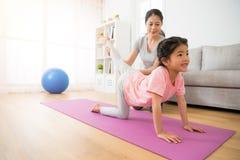 Tochter-Trainingskörper der Hausfrau helfender Stockbilder