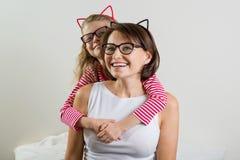 Tochter umfasst liebevoll ihre Mutter Elternteil und Kind in den Gläsern stockbilder