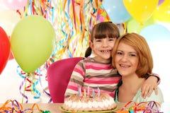 Tochter und Mutter auf Geburtstagsfeier Lizenzfreie Stockfotografie